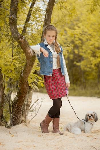 römisches Mädchen mit ihrem Shih Tzu Hund